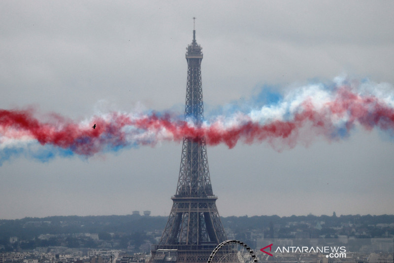 Menara Eiffel kembali dibuka setelah ditutup delapan bulan
