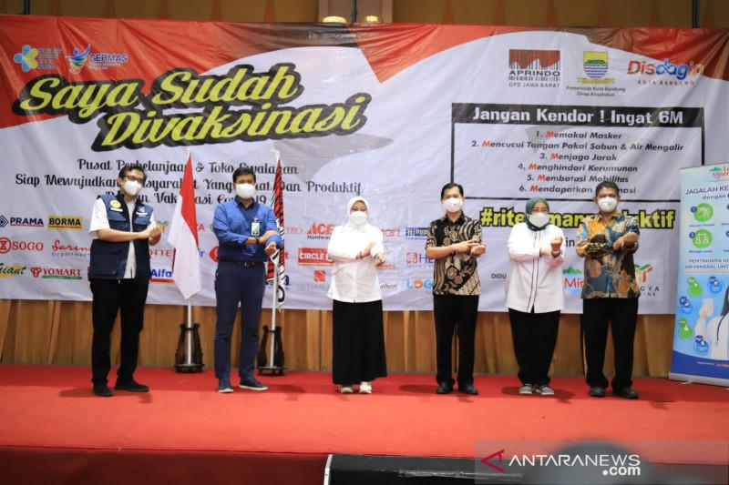Menaker tinjau vaksinasi kedua 2.000 pekerja ritel di Bandung