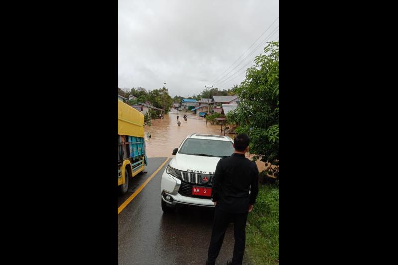 Banjir terjang Kapuas Hulu-Kalbar, jalan nasional terputus