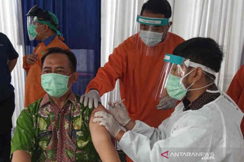 Positif tinggi, nakes di Cirebon divaksin dosis ketiga dengan Moderna