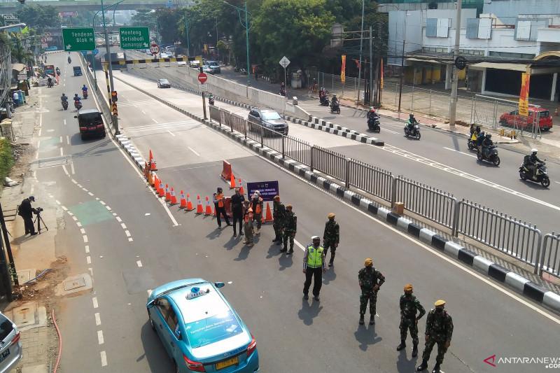Petugas menjaga titik penyekatan di lintas bawah Mampang Prapatan