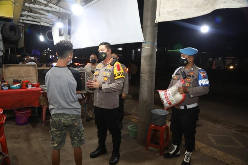 Polisi membagikan bantuan beras buat pedagang kaki lima di Tangerang