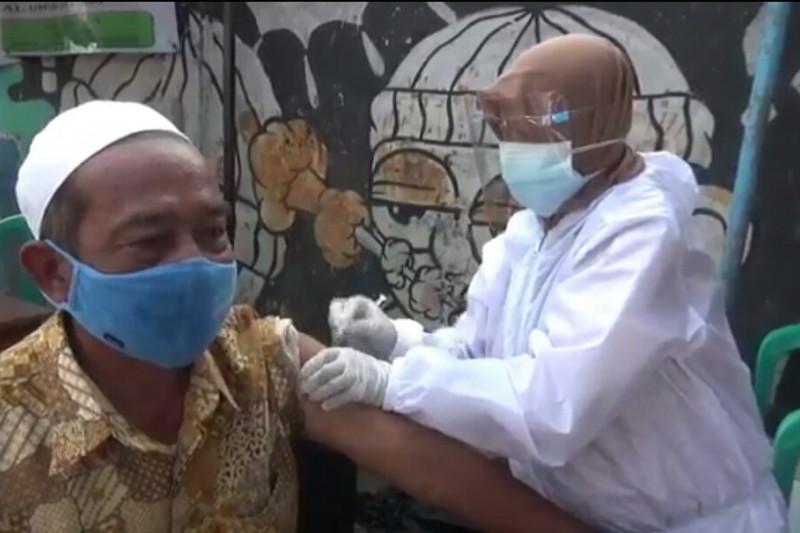 Mobil vaksinasi keliling layani 120 warga di Cipinang Besar Utara