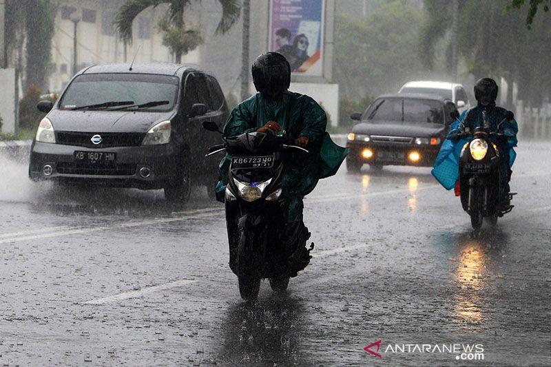BMKG peringatkan potensi hujan, kebakaran hingga gelombang tinggi