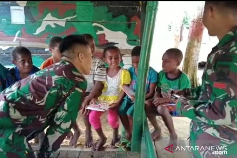 Satgas TNI beri perlengkapan sekolah anak di Pegunungan Bintang