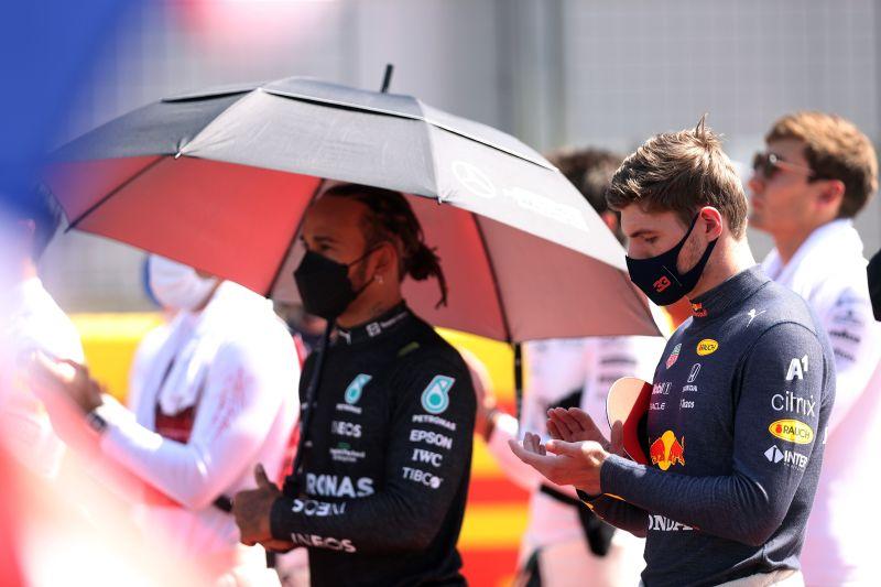 Bos Mercedes bela Hamilton dalam tabrakan kontroversial di Silverstone