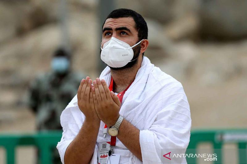 Jamaah haji berdoa di Arafah untuk dunia bebas COVID-19