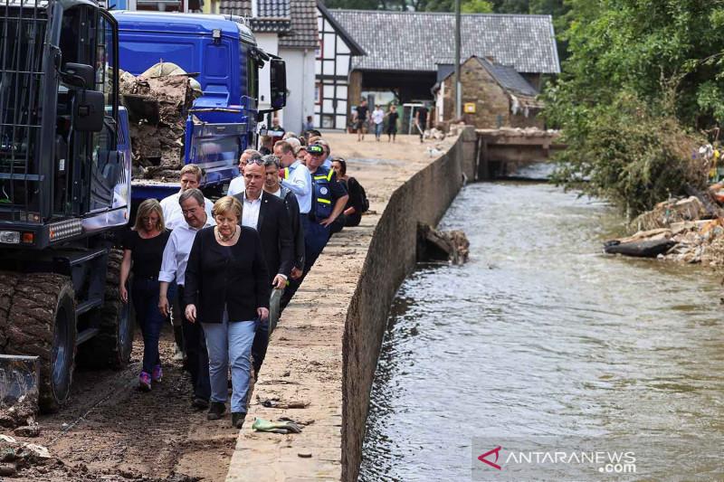 Kanselir Angela Merkel 'blusukan' tinjau daerah terdampak banjir