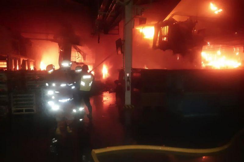 Sebuah pabrik di Kelapa Gading terbakar