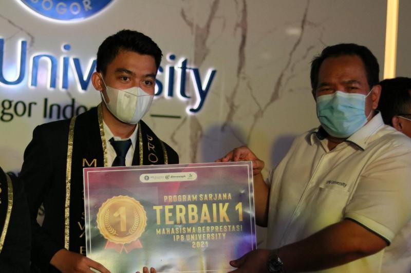 Imam Nuryawan raih predikat mahasiswa berprestasi IPB University 2021