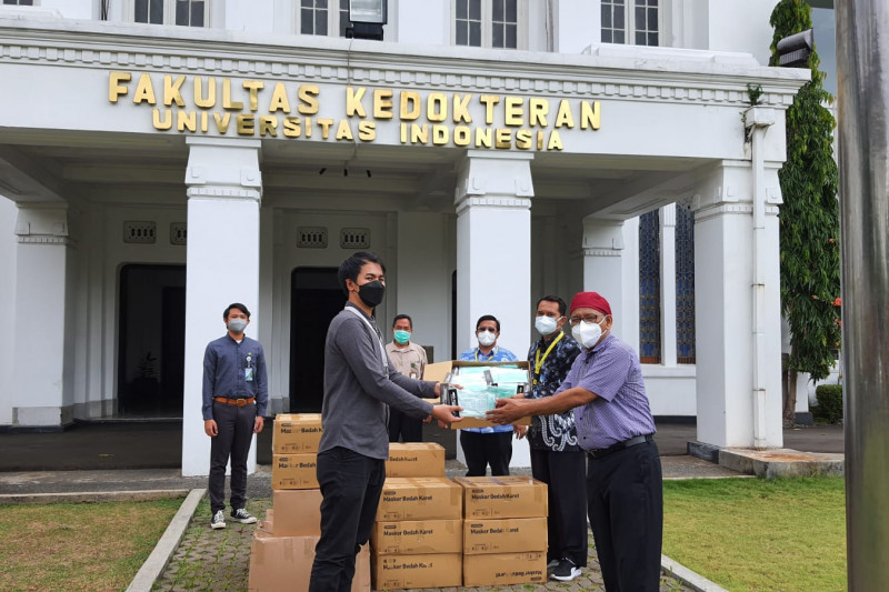 BPJAMSOSTEK serahkan bantuan 18.000 masker medis untuk PPDS FKUI