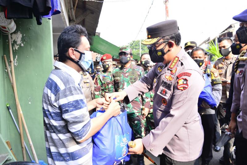 Kapolri salurkan bansos ke wilayah pinggiran Jakarta