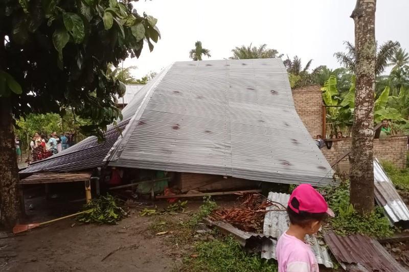 Puluhan rumah dan fasilitas umum di Sumut rusak diterjang angin