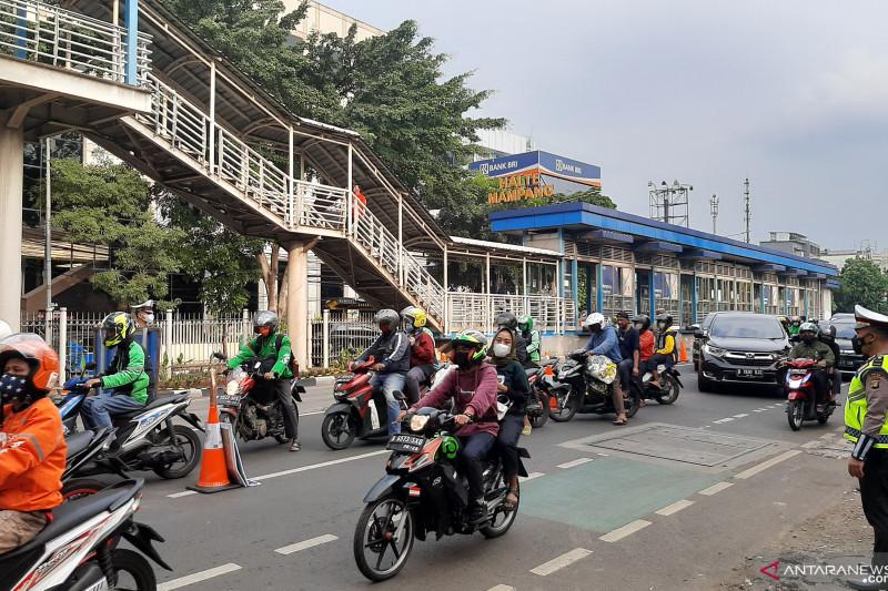 Hari ke-3 PPKM Level 4, petugas jaga ketat pos di Mampang Prapatan