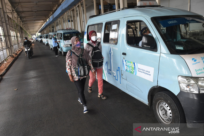 Operasional angkutan MikroTrans JakLingko saat pandemi COVID-19