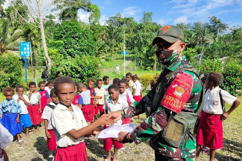 Peringati Hari Anak, Satgas TNI bagikan seragam siswa di perbatasan