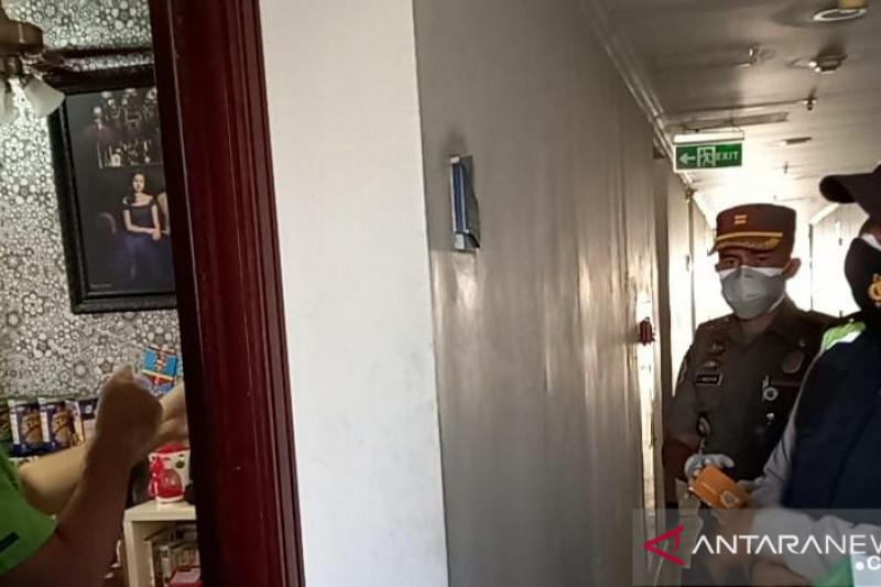 Petugas gabungan salurkan obat-obatan untuk warga yang isoman di Ancol