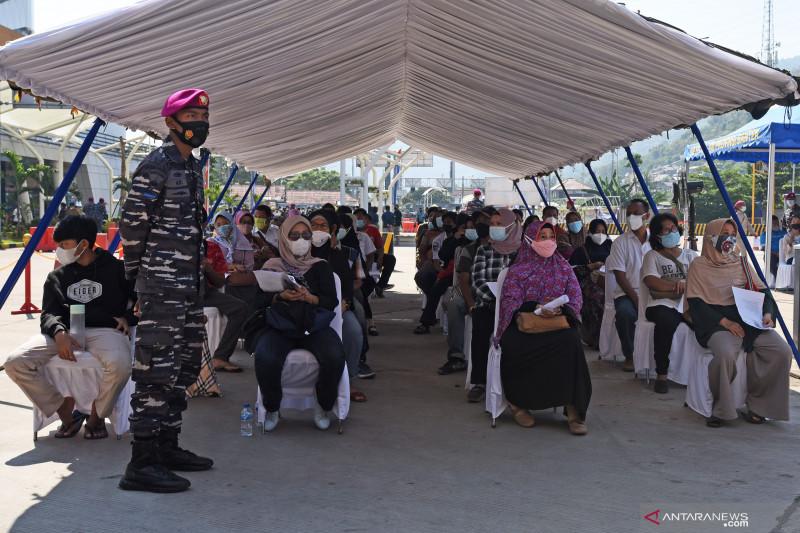 ASDP bersama TNI AL dan mitra pelabuhan vaksinasi 1.500 orang di Merak