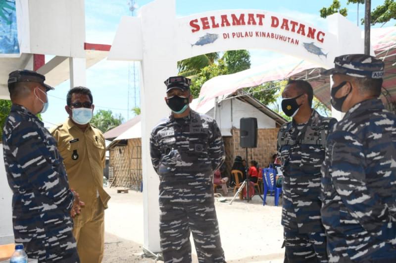 Danlantamal VIII pantau serbuan vaksinasi buat masyarakat nelayan