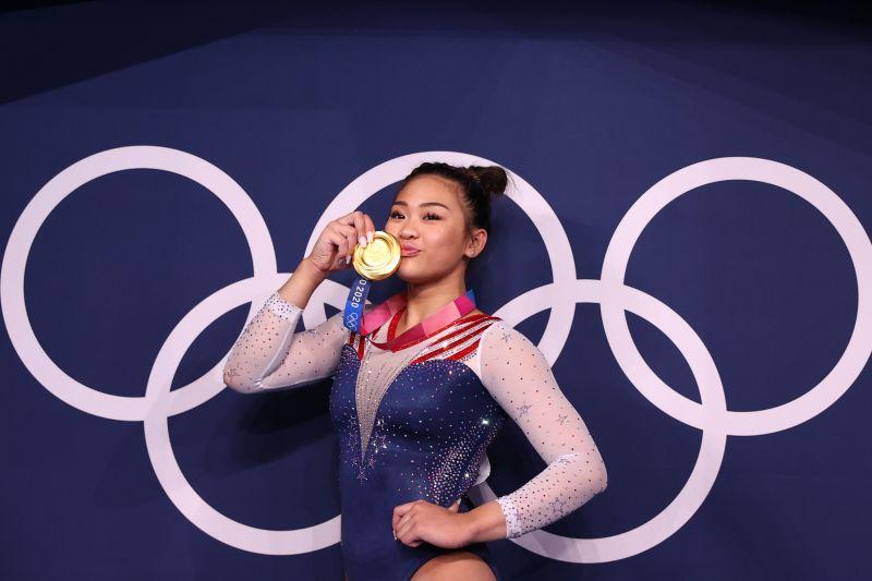 Di bawah tatapan Simone Biles, Sunisa Lee sabet emas semua alat thumbnail