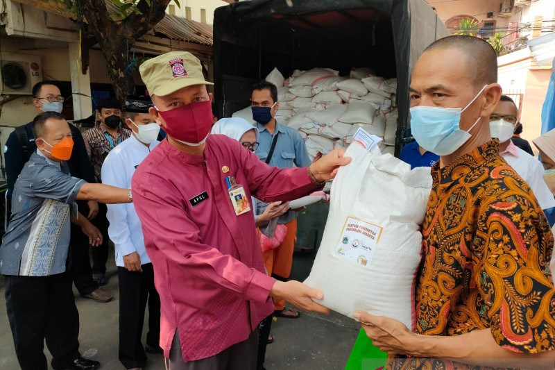 DKI kemarin, beras bansos tak layak hingga vaksin capai 8,5 juta warga