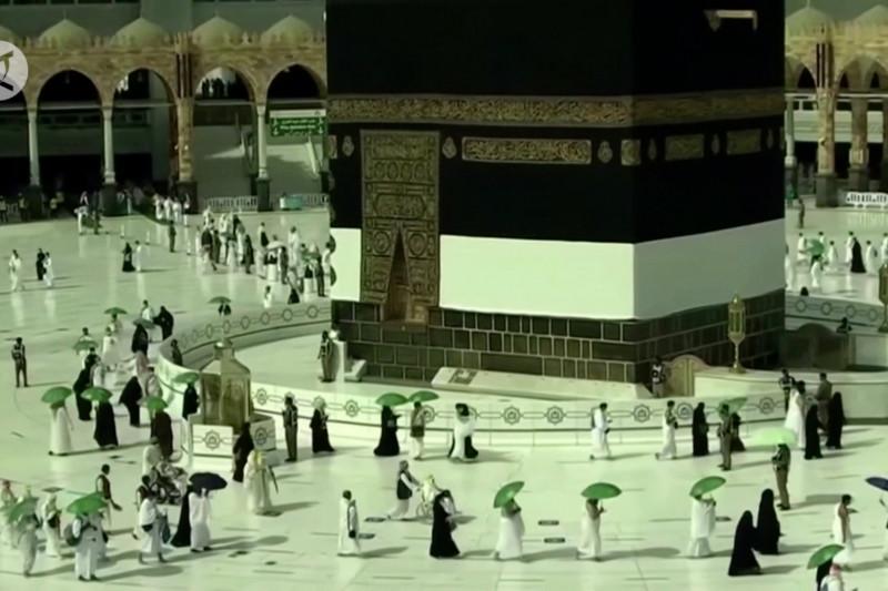 Jamaah haji lakukan Tawaf Qudum seraya jaga jarak sosial