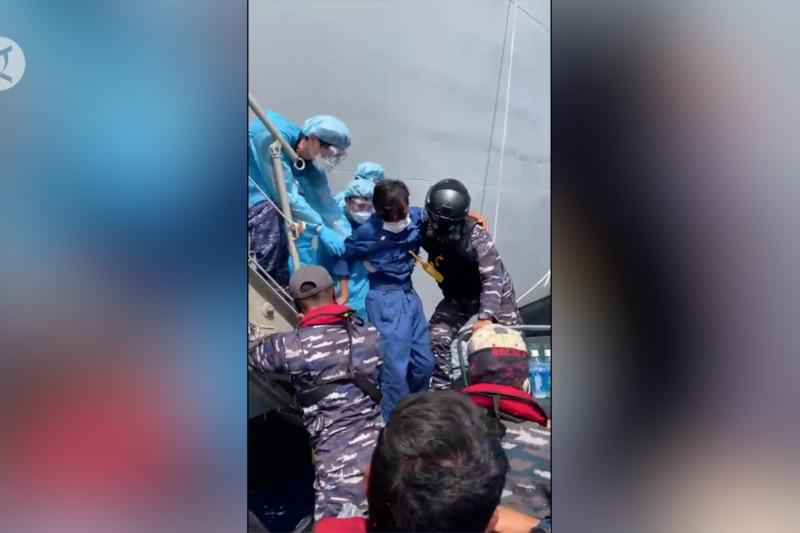 KRI Tatihu 853 evakuasi tiga ABK ke Pelabuhan Ternate