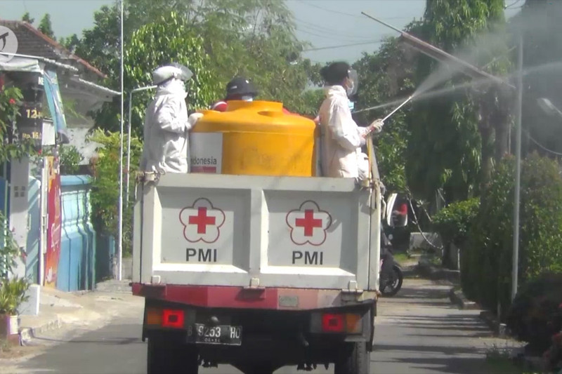PMI Jember semprot disinfektan di klaster permukiman warga