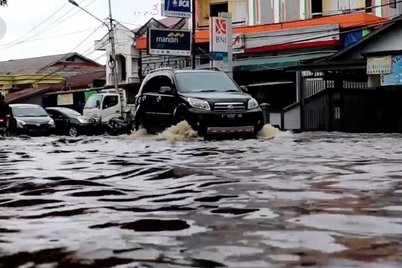 Hujan deras di Pontianak sebabkan sejumlah jalan utama terendam banjir