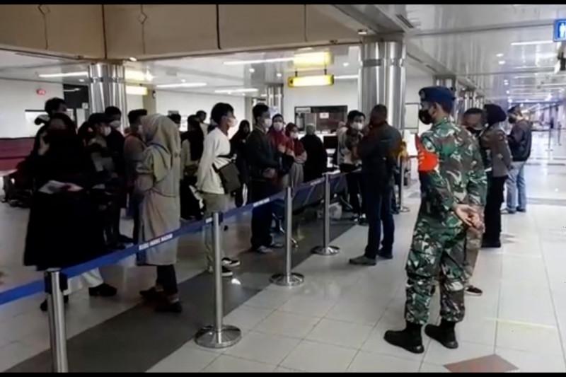 Satgas COVID-19 tahan puluhan penumpang di Bandara Hang Nadim Batam