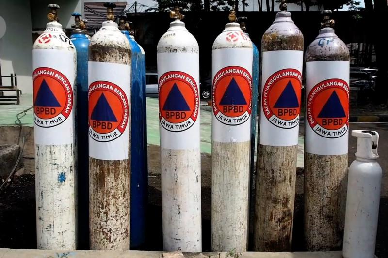 Warga antusias isi ulang oksigen gratis di Surabaya