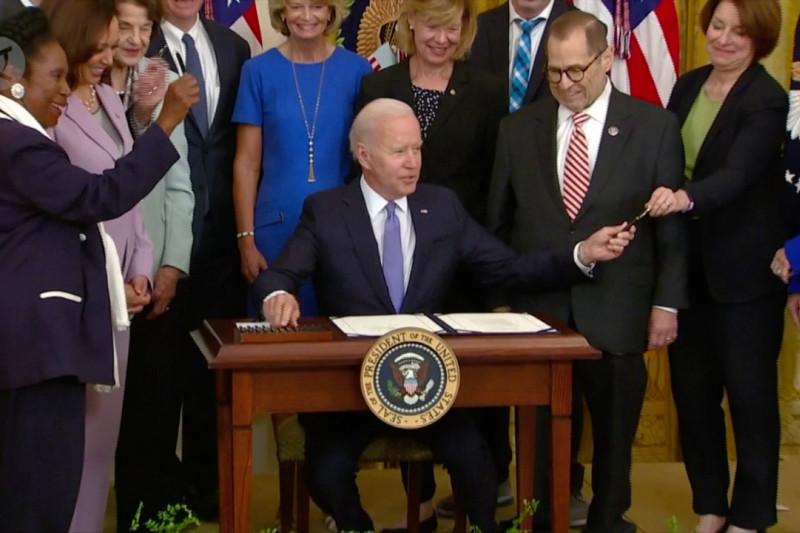 Derai tawa di Gedung Putih karena berebut pena Biden