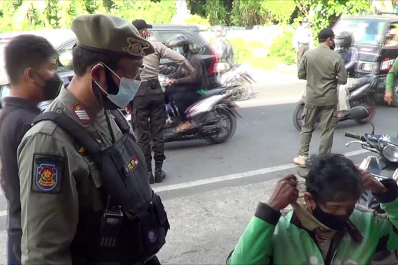 Petugas gabungan sidak prokes terhadap pengendara di Denpasar