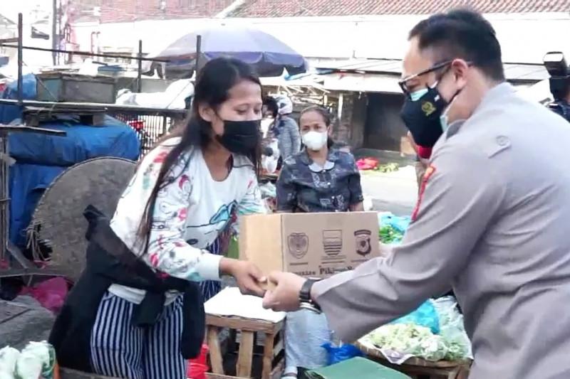 Polrestabes Bandung bagikan 4.000 paket sembako ke pedagang pasar