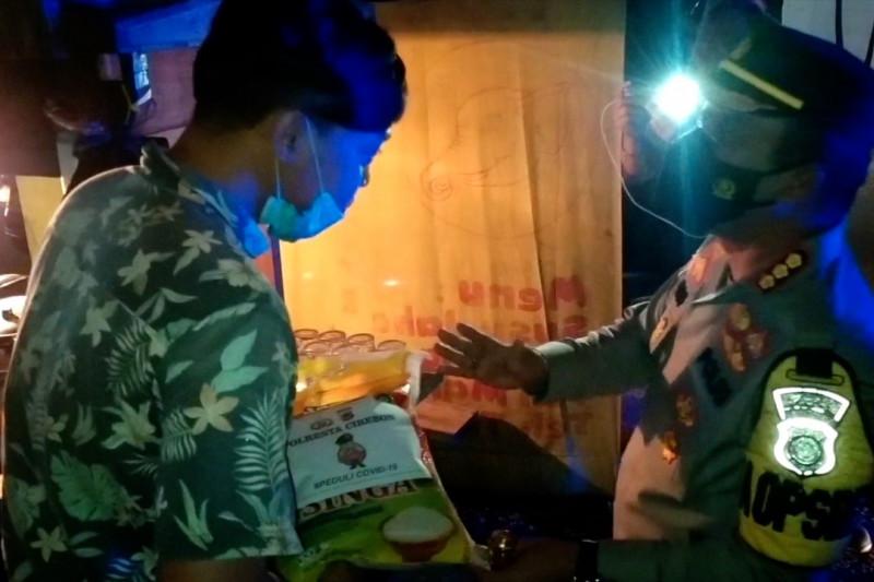 Sasar pedagang, polisi razia PPKM sambil bagikan sembako