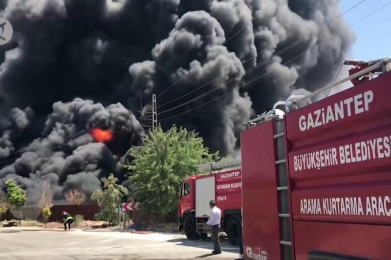 Api besar melalap gudang di tenggara Turki