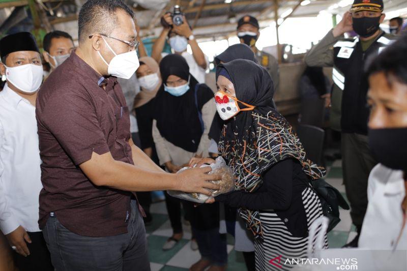 Pemprov NTB salurkan bantuan dan modal usaha PKL Pantai Ampenan