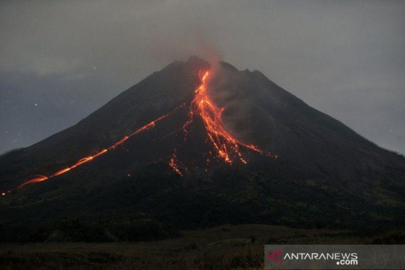 Gunung Merapi meluncurkan guguran lava pijar sejauh 1.200 meter