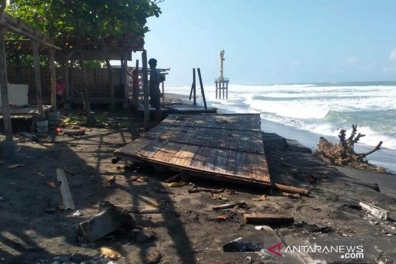 Gelombang tinggi di pantai selatan Cianjur terjang dua warung