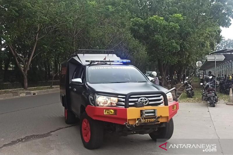 Tim Gegana memasuki lokasi kebakaran LRT Pegangsaan 2