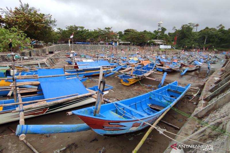 Puluhan perahu nelayan di Pantai Jayanti rusak akibat gelombang