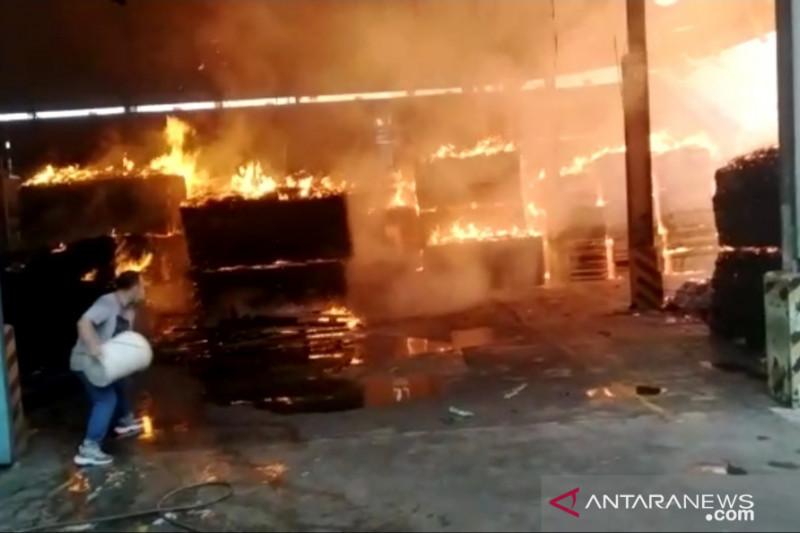 Dua gudang triplek di Tangerang hangus terbakar
