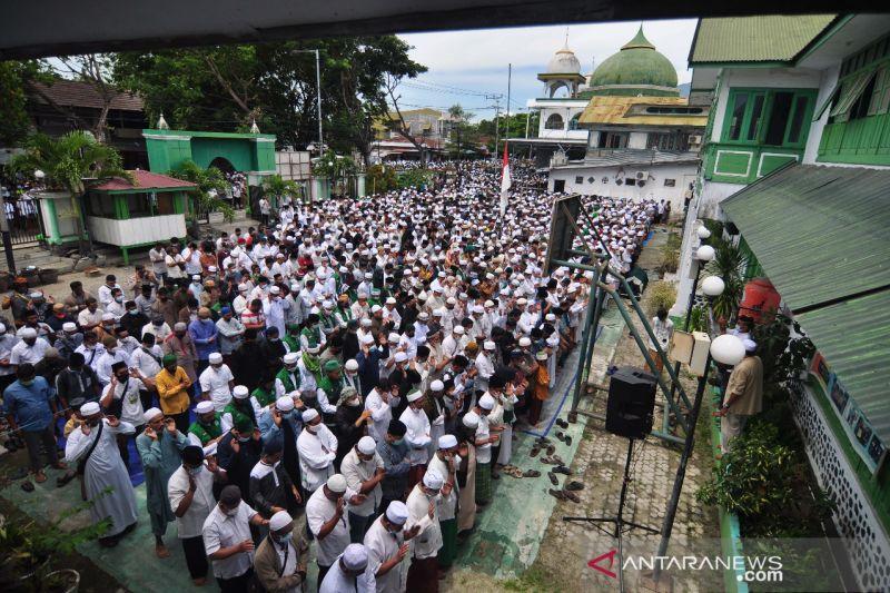 Puluhan ribu umat Islam di Palu shalatkan jenazah Habib Saggaf