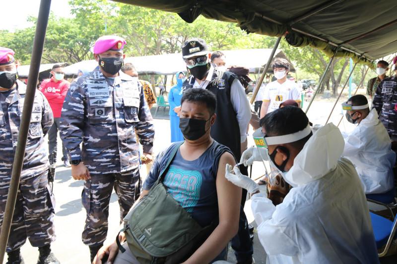 Pasukan Marinir 2 gelar serbuan vaksinasi di Kenpark Surabaya