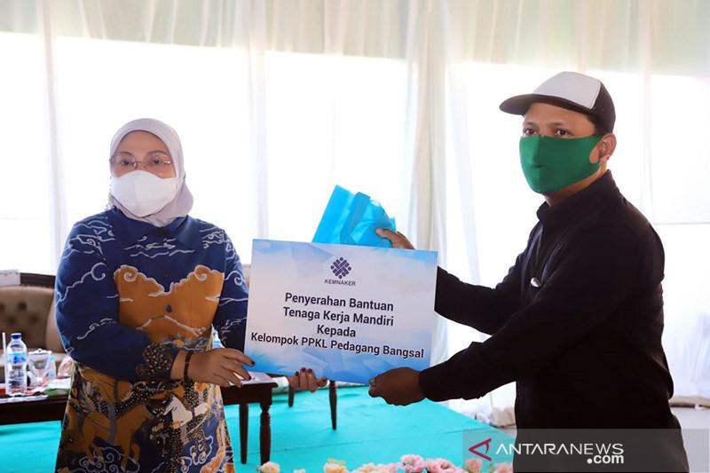Menaker serahkan bantuan TKM pada pelaku usaha dan PKL di Mojokerto