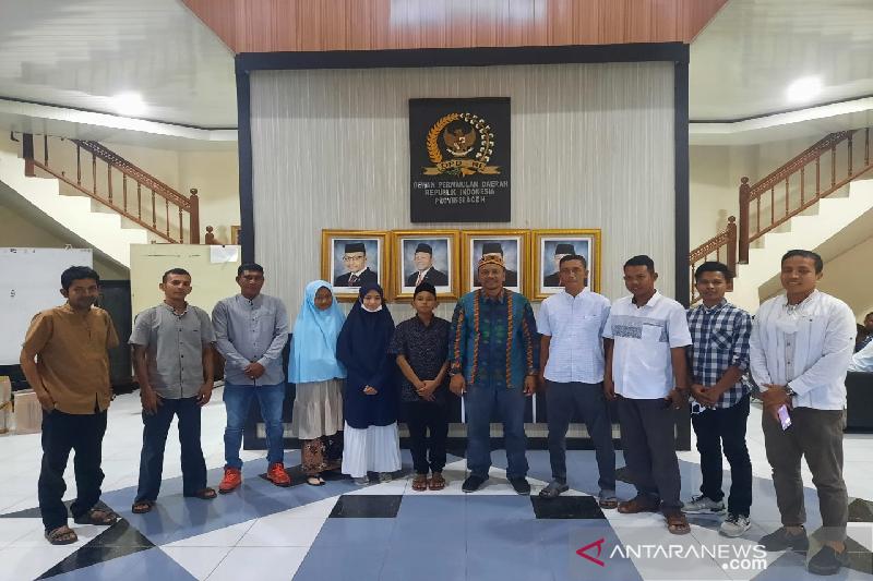 Anggota DPD RI asuh enam siswa asal Pulau Aceh