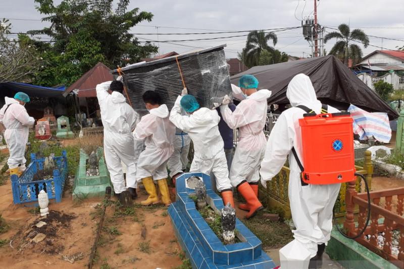 Brimob Kalsel makamkan delapan jenazah pasien COVID-19 sehari