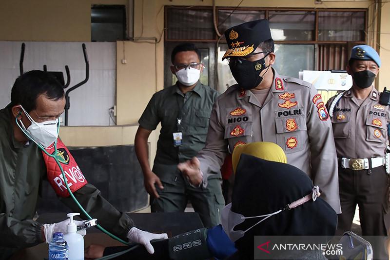 Kapolda Jatim cek pelaksanaan vaksinasi untuk Aremania di Malang