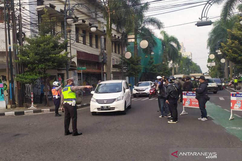 Polisi uji coba sekat ganjil-genap kendaraan di Kota Bandung
