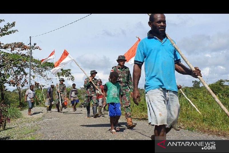 Satgas TNI bersama warga pasang bendera Merah Putih di perbatasan